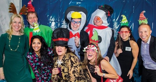 Cотрудники Brandywine Global Investment фотографируются в фотобудке на праздничной вечеринке